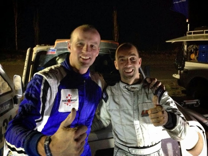 Coureur Jan Mooij (links) en navigator Gerard List vrolijk en nog topfit na aankomst uit een etappe van Le Dakar 2014.