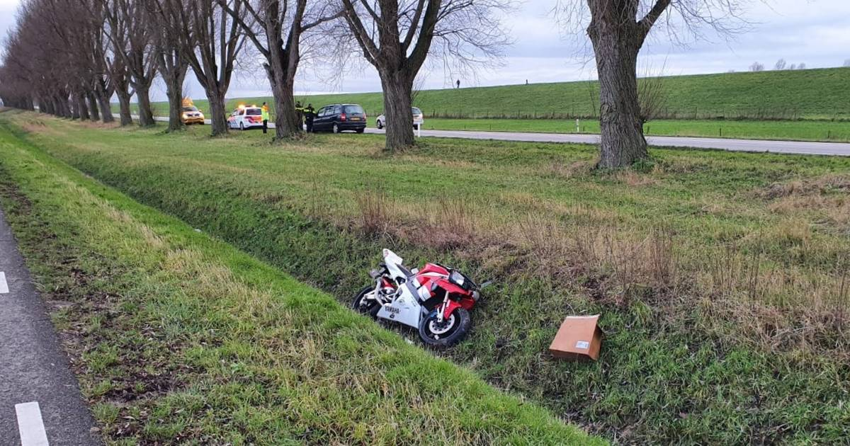 Motorrijder belandt tientallen meters verderop in sloot door botsing met auto in Herwen.