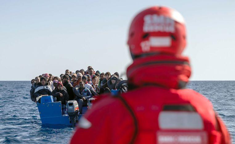 Migranten uit Bangladesh, Afghanistan en Pakistan worden opgevangen voor de Libanese kust.  Beeld AFP