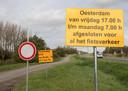 De borden aan het begin van de parallelweg aan de Zuid-Bevelandse kant van de Oesterdam. Mag je hier als fietser nu wel of niet doorrijden?