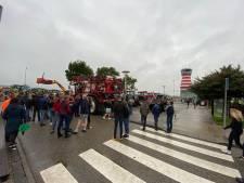 Boeren forceren toegang tot terrein Lelystad Airport met honderden tractoren