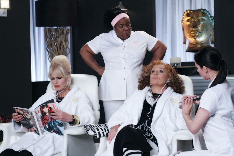 Scène uit Absolutely Fabulous, links Patsy (Joanna Lumley), rechts Edina (Jennifer Saunders). © BBC Beeld