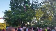 Meisje maakt val van 7 meter uit attractie: omstanders vangen haar op en redden haar leven
