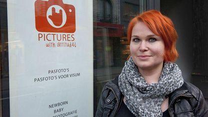 """Heidi moet zaak verhuizen door fotocabine in gemeentehuis: """"Dit is je reinste broodroof"""""""