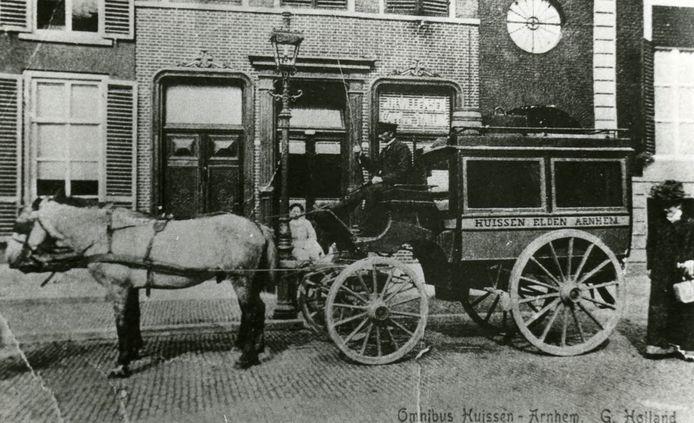 Gerrit Holland met zijn omnibus op de Groote Markt in Arnhem in 1895.