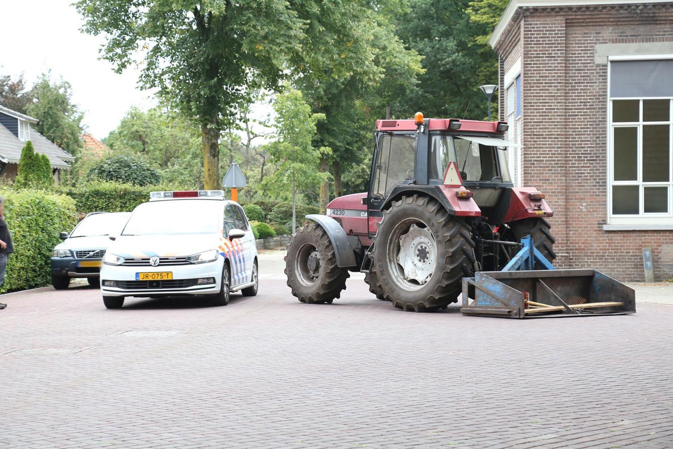 Het kind werd geraakt door een tractor toen het de weg op stapte.
