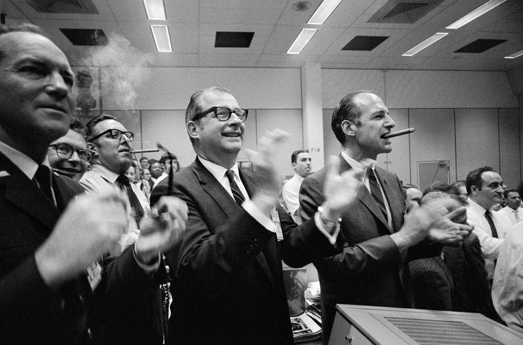 Applaus bij de Nasa in Houston nadat de Apollo 13 in de Stille Oceaan is geland, 17 april 1970. Beeld Nasa