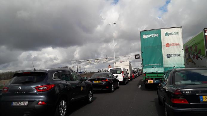 In beide richtingen komen automobilisten in de file terecht.