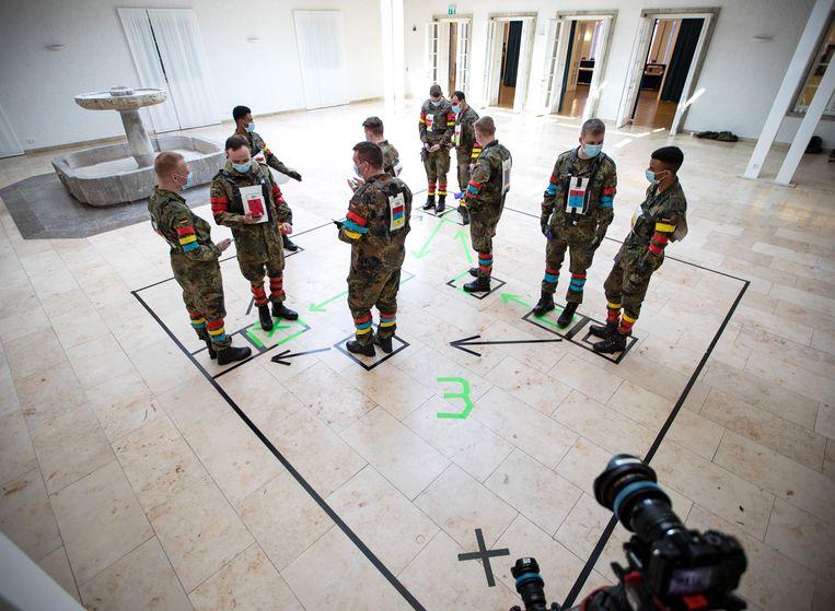 Het Duitse leger test een mogelijke app die helpt om de coronacrisis te bestrijden. Beeld AFP