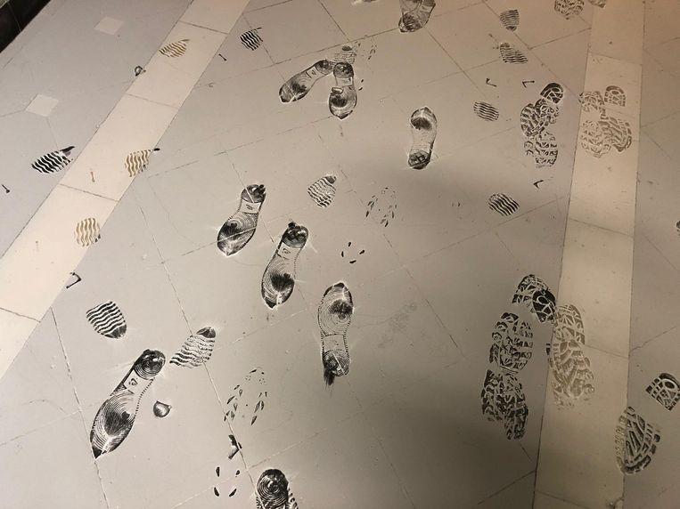De daders spoten twee poederblussers leeg, mogelijk om hun sporen uit te wissen.