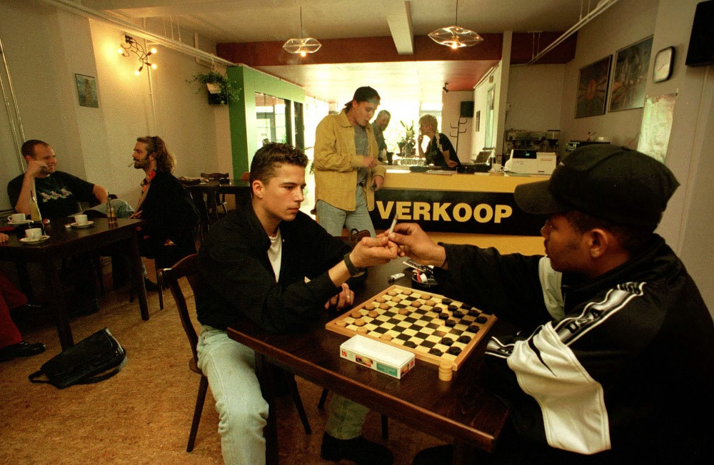 1996 - Een spelletje doen tijdens het blowen raakte in zwang. Hier in coffeeshop paradox in Delfzijl.