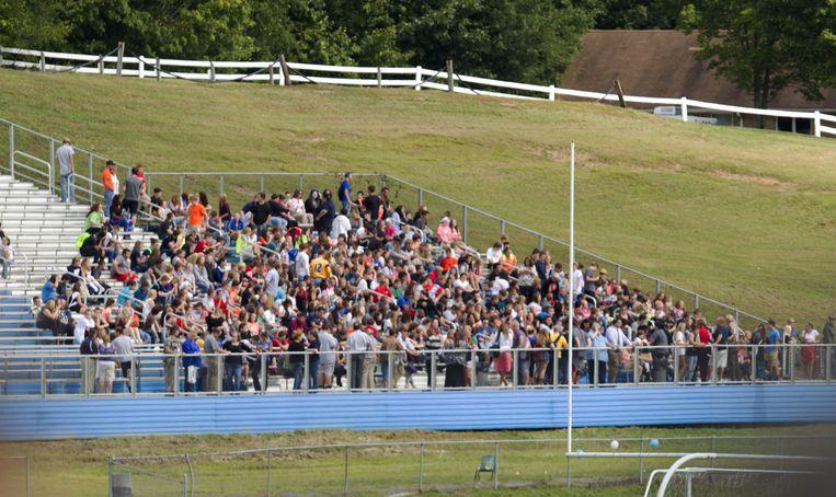De leerlingen werden geëvacueerd naar een footballstadion.
