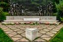 Bijna dagelijks worden bloemen van crematies bij het Indisch Monument gelegd.