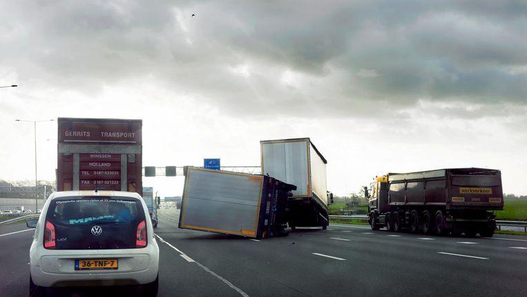 Gekantelde vrachtwagen. Beeld null
