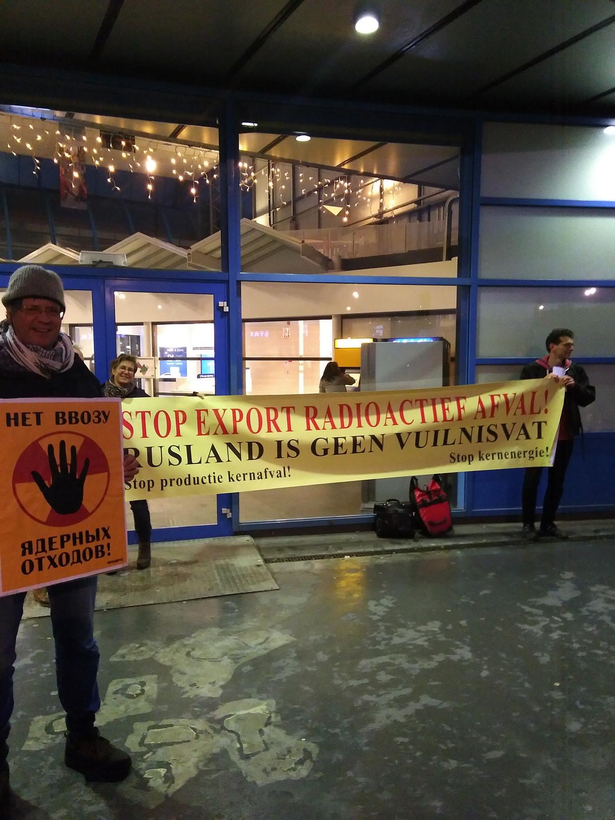 Enkele actievoerders hielden een spandoek vast bij Sloterdijk om aandacht te vragen voor de transporten met verarmd uranium door de stad.