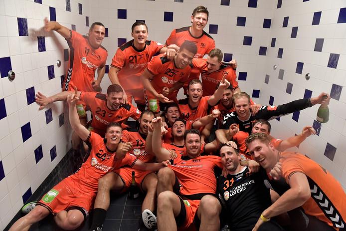 Gerrie Eijlers (onder 2de van rechts) viert feest met zijn ploeggenoten.