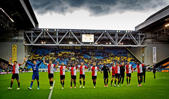 De spelers van Feyenoord bedanken de duizenden meegereisde fans na de 0-2 zege op Vitesse van vorig seizoen.