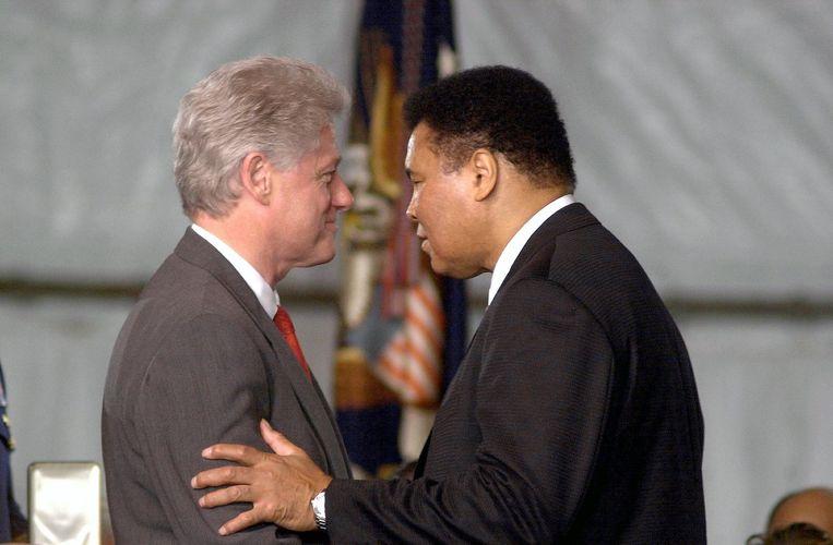 Bill Clinton met Muhammad Ali in 2001. Beeld photo_news