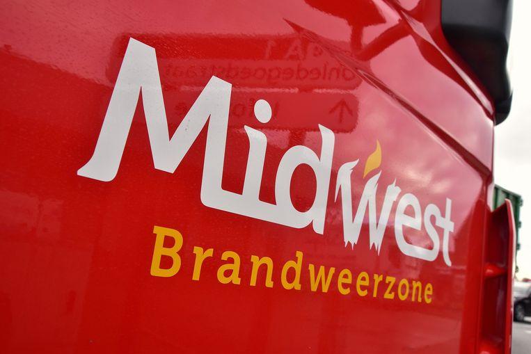 De brandweer van de zone Midwest kwam ter plaatse en besliste om het bedrijf Depla te ontruimen.