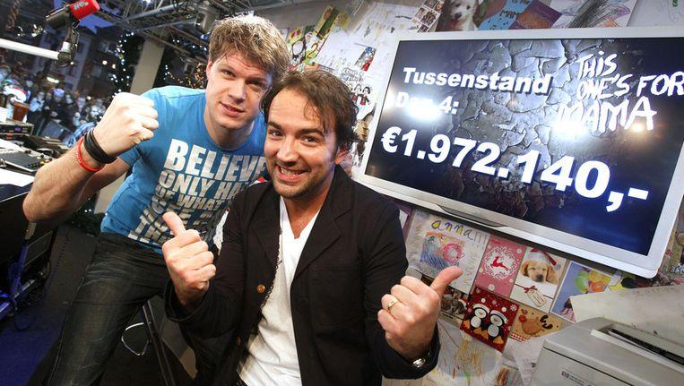 DJ's Gerard Ekdom en Coen Swijnenberg met de tussenstand van de 3FM actie Serious Request in het Glazen Huis in Leiden vorig jaar. Beeld ANP