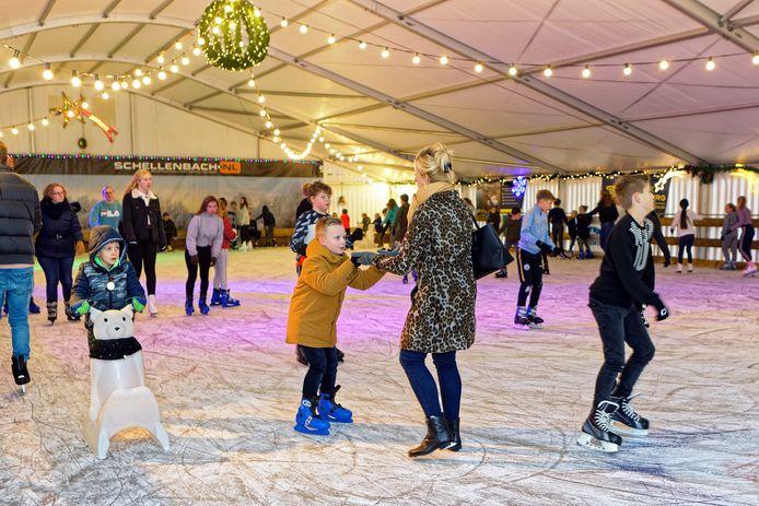 Raamsdonksveer - 21-12-2019 - Pix4Profs / Johan Wouters - Het Veerse ijsplein op het terrein van handbalvereniging HMC in Raamsdonksveer is weer geopend.