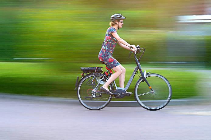 Saskia Houwen op de e-bike.
