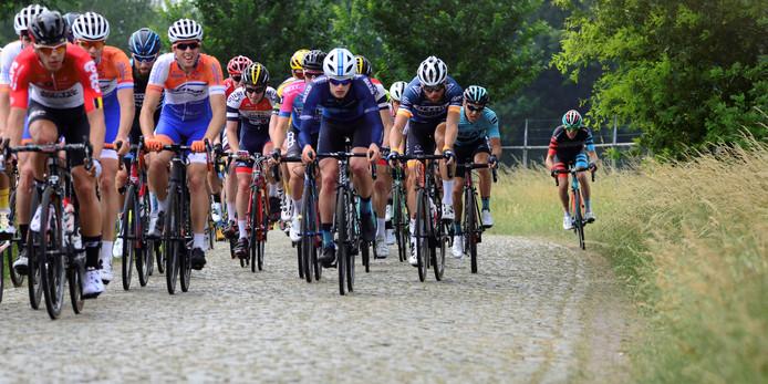 Passage Midden-Brabant Poort Omloop 2018 op de kasseistrook bij Alphen.