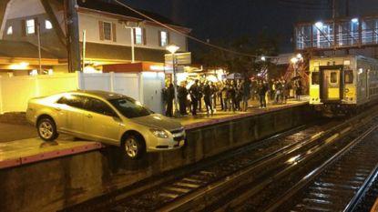 Verwarde bestuurder parkeert auto op perron van treinstation