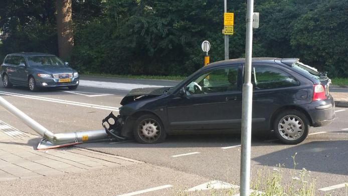 Een automobilist heeft zondag een lantaarnpaal omver gereden in Winterswijk.