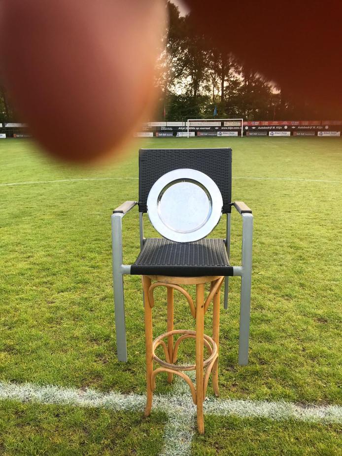 De kampioensschaal van DESK op de middenstip van Berkdijk.