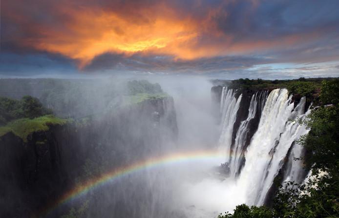De Victoria Falls in betere tijden. In 2014 viel het water van de Zambezi nog met veel gekletter naar beneden.