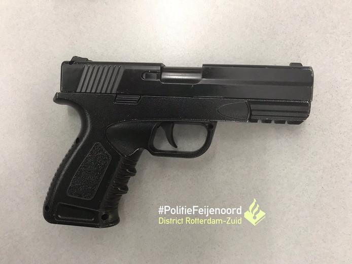 Dit nepwapen nam de 13-jarige jongen mee naar school.