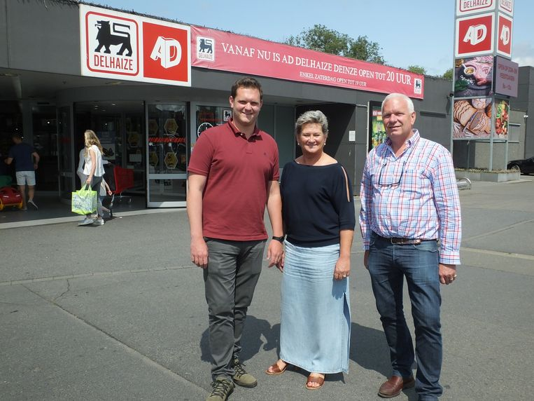 Sam, Nadia en Geert aan de ingang van de grootste AD Delhaize van het land in Deinze.
