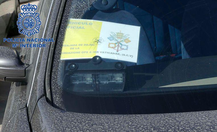 Een 'officiële' sticker van de bank achter de voorruit van een in beslag genomen wagen.