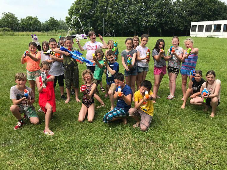 Kinderen van het vierde leerjaar openen het watergevecht