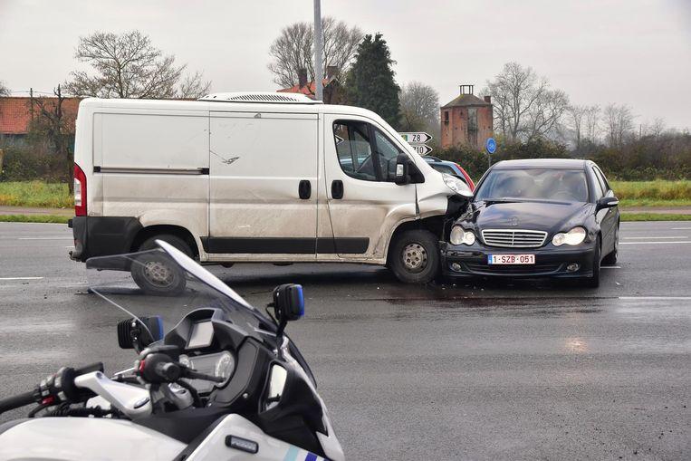 De schade aan de bestelwagen en de Mercedes is groot.