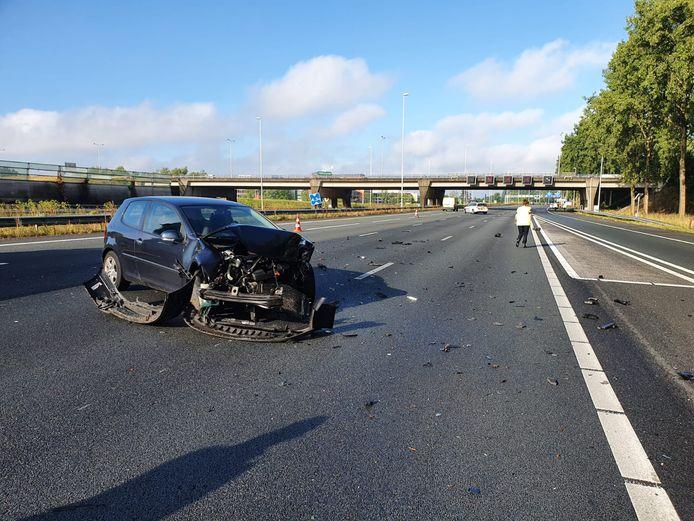 Een auto vloog uit de bocht bij het oprijden van de toerrit van de A12 nabij Gouda. De rode kruizen werden vervolgens massaal genegeerd.