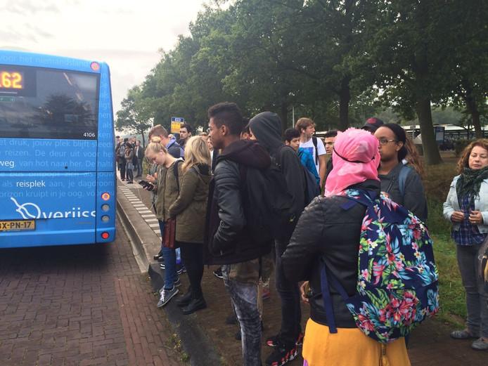Treinreizigers gaan met een vervangende bus van Dalfsen naar Zwolle in verband met de storing.