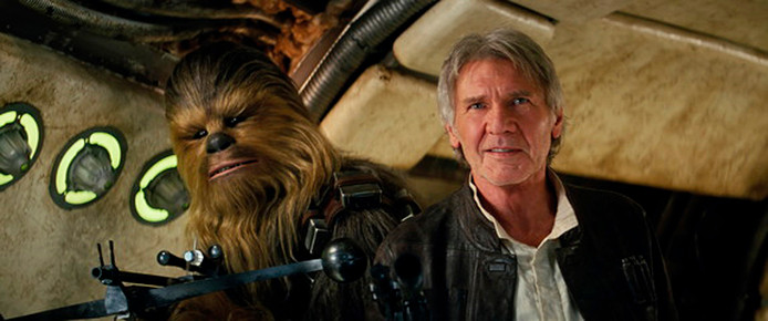 Peter Mayhew als Chewbacca en Harrison Ford als Han Solo in Star Wars: The Force Awakens.