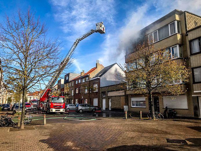 Bij aankomst van de brandweer sloegen de vlammen uit een flat op de derde verdieping.