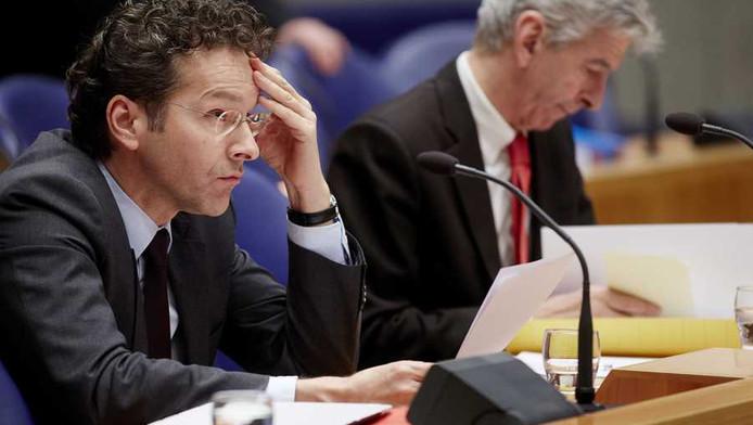 Minister Jeroen Dijsselbloem (L) van Financien en minister Ronald Plasterk van Binnenlandse Zaken