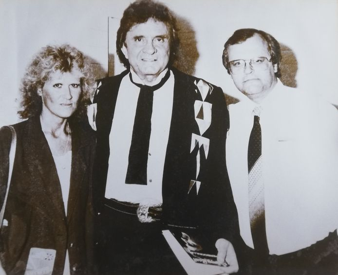Cor Sanne en zijn vrouw samen met Johnny Cash (midden) na afloop van het concert in Alphen.