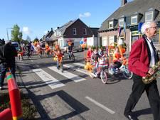 Stralende kinderen op oranje fietsen in Gemonde