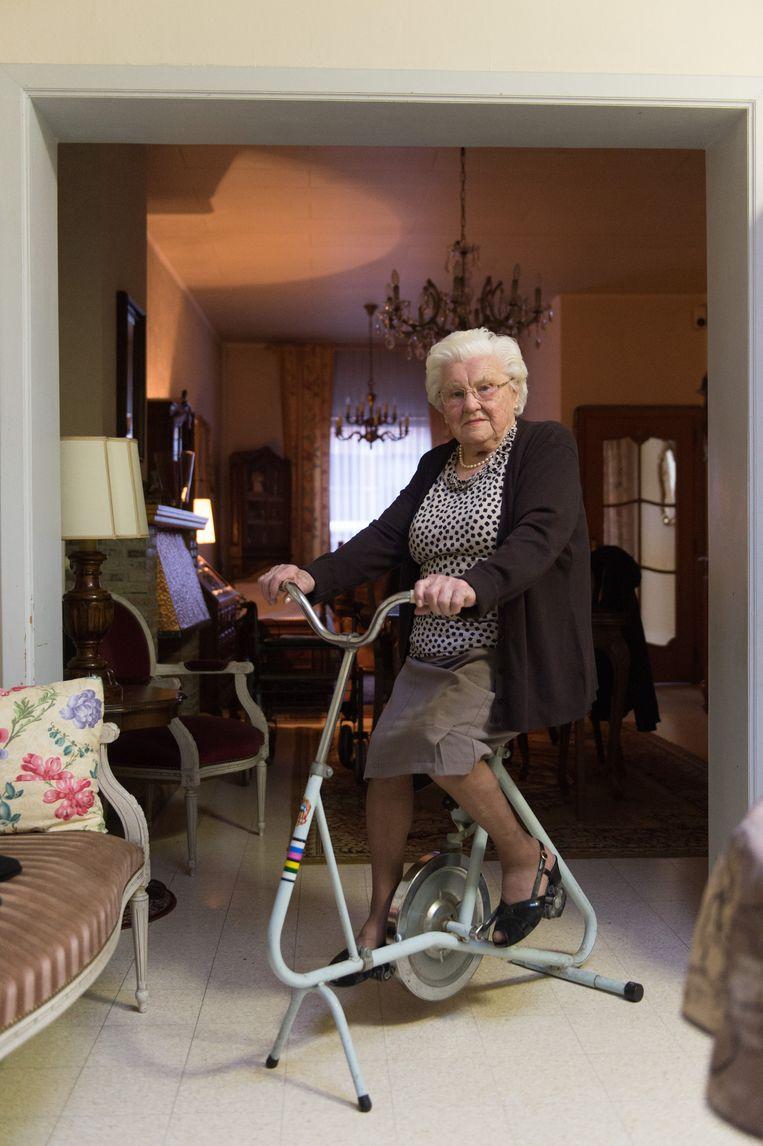 Julia Van hoof (105) op haar hometrainer, een ritueel dat ze drie keer per dag herhaalt.