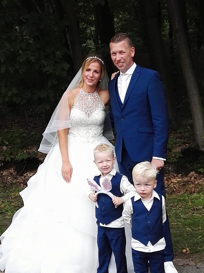 Sander Coset en Marieke Coset-Van den Bighelaar op de mooiste dag van hun leven.