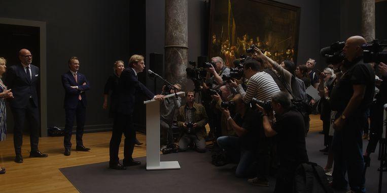Oeke Hoogendijk krijgt iedereen voor haar camera, van ministers tot schuwe erfgenamen. Beeld