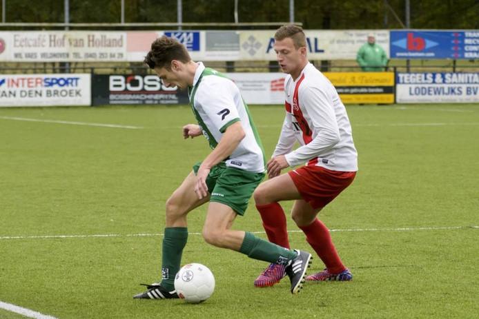 RPC'er Rik Strijbosch controleert de bal, met Mitchel Kluijtmans van Rood-Wit achter zich.