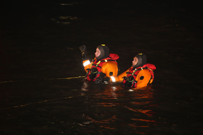 Divers from the fire department search for the water.