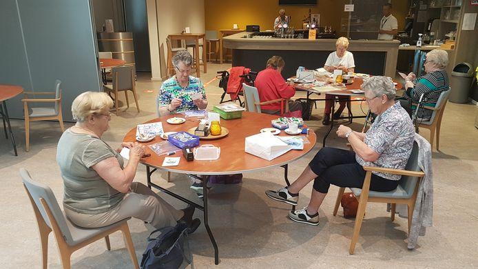 Zes senioren van de 55+ groep begonnen gisteren na corona weer met borduren in het HelvoirThuis.