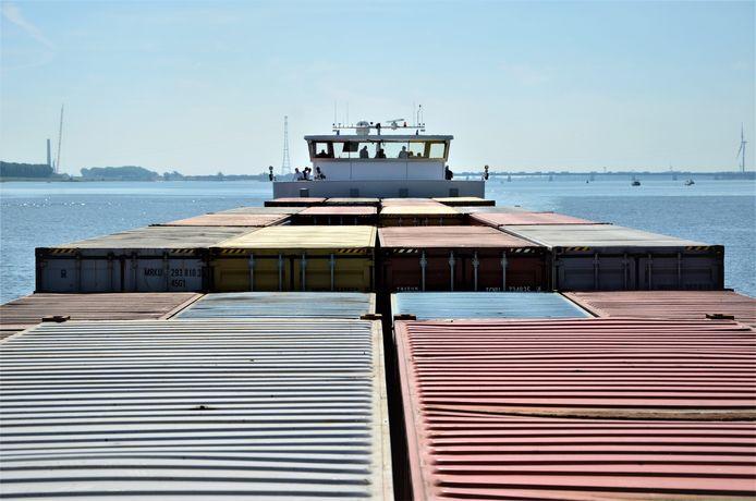 Containerschip Nijmegen Max. Het elektrisch aangedreven containerschip heeft 2 juni een geslaagde proefvaart gemaakt op het Haringvliet en kan nu in gebruik genomen worden om te pendelen tussen Nijmegen en Rotterdam.